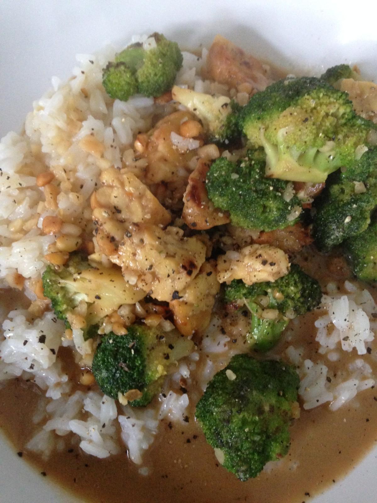 Einfach und lecker: Vegane Tempeh-Erdnusspfanne mit Brokkoli und Reis