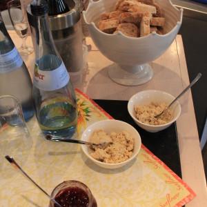 Baguette mit Räuchertofu-Aufstrich und Preiselbeeren