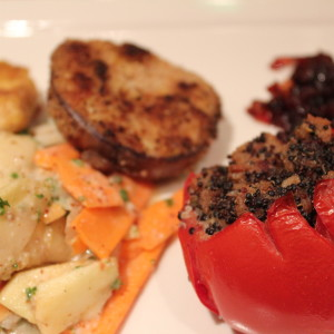 Aubergine und Tofu in Nusspanade mit Zwiebelmarmelade auf Karotten-Kohlrabi-Salat und gefüllte Tomate