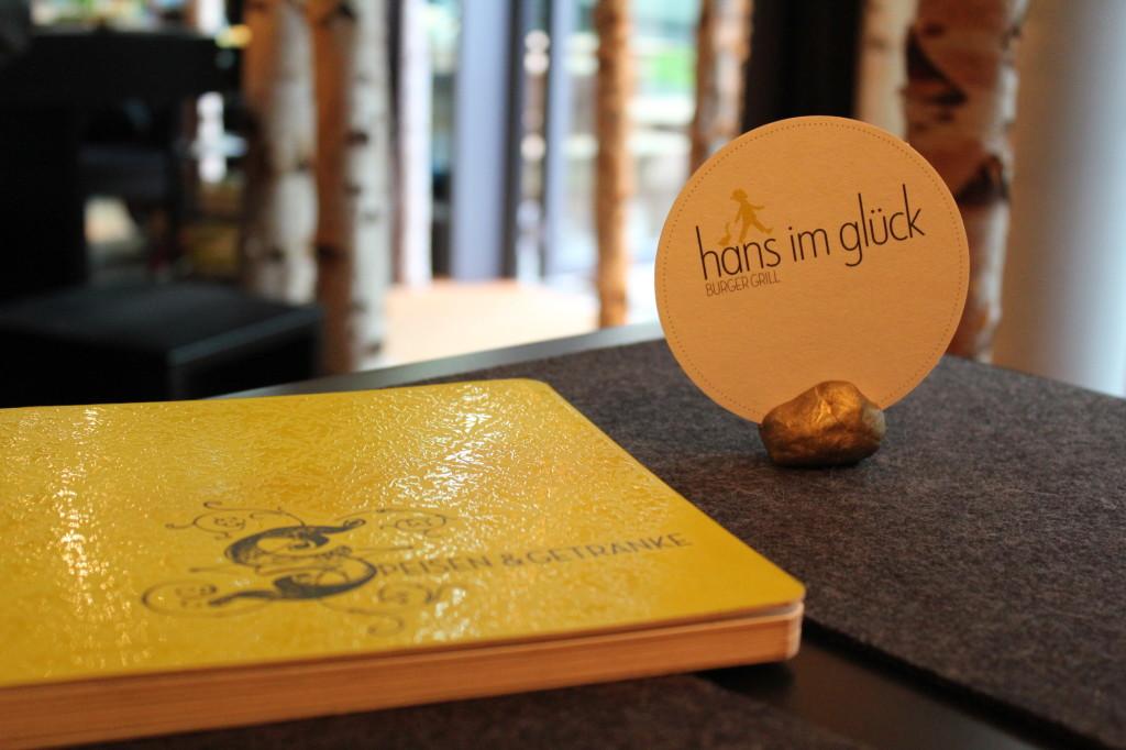 """Eine Speisekarte wie ein Märchenbuch. """"Hans im Glück"""" eben."""