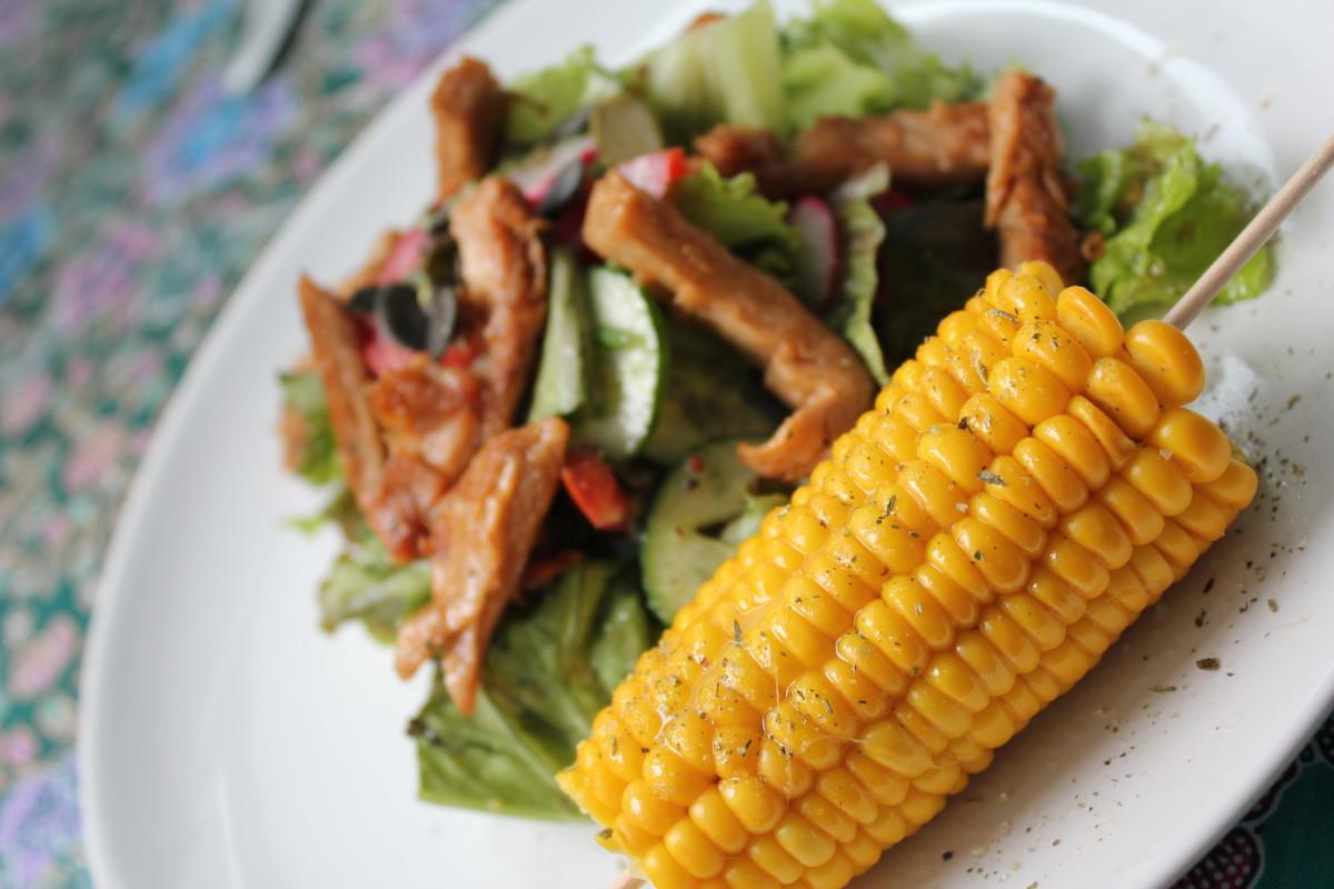Gekochter Zuckermais auf Salat mit Filetstreifen (vegan)