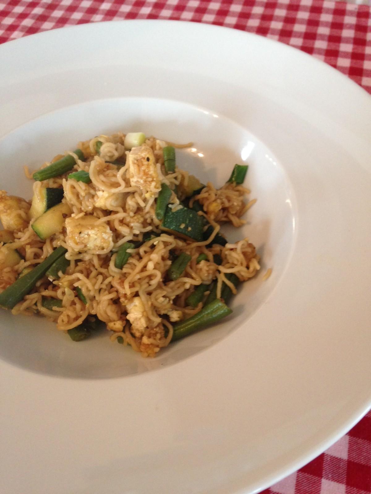 Mein Vorschlag fürs Mittagessen: Asiatische Gemüse-Tofu-Nudel-Pfanne (vegan)