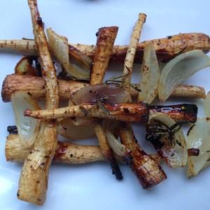 Gebackene Pastinake mit Zwiebeln und Rosmarin