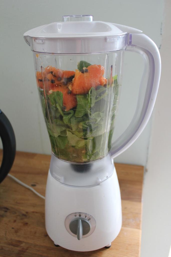 Scharfe Überraschung: Green Smoothie mit Papaya-Kernen