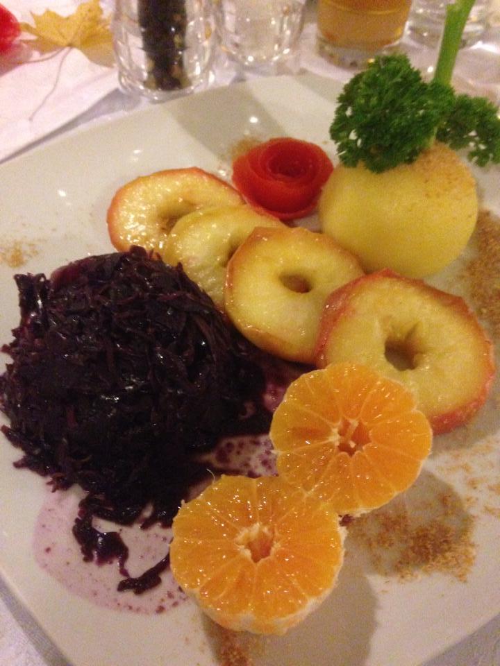 Kartoffelknödel, Rotkraut und glasierte Äpfel, Spanische Weinstube