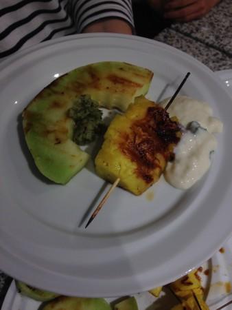 Gegrilltes Obst mit Minzjoghurt
