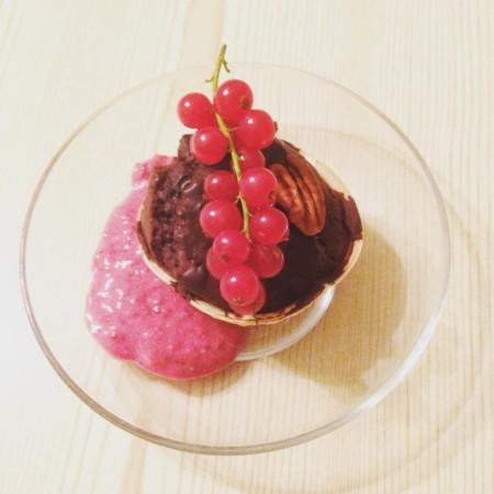 Schokomuffin mit Beerensoße