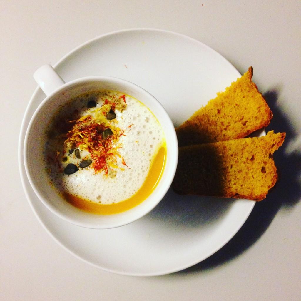 Hauptspeise: Kürbissuppe mit Kürbisbrot