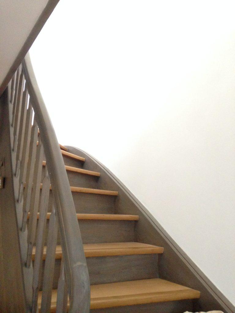 Das größte Thema: Unser Treppenhaus. Die Holztreppe ist wunderschön finde ich. Aber die große kahle weiße Wand stört mich schon so lange. Ich möchte hier eine richtig tolle Bildergalerie anbringen. Bisher hat mir die Zeit und Motivation allerdings irgendwie gefehlt.