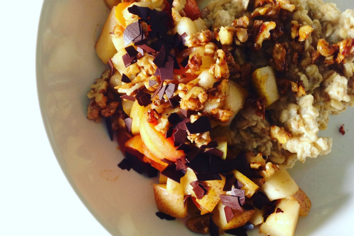 Porridge mit karamellisierten Früchten