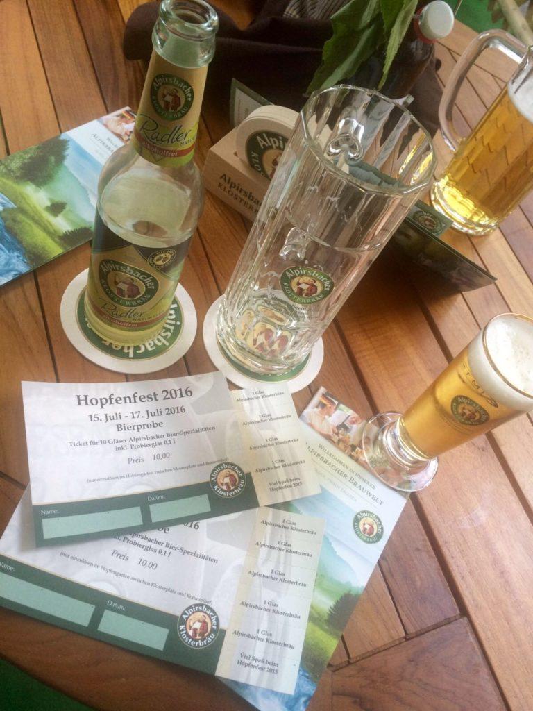 Bierprobe bei Alpirsbacher Klosterbräu während des Hopfenfestes