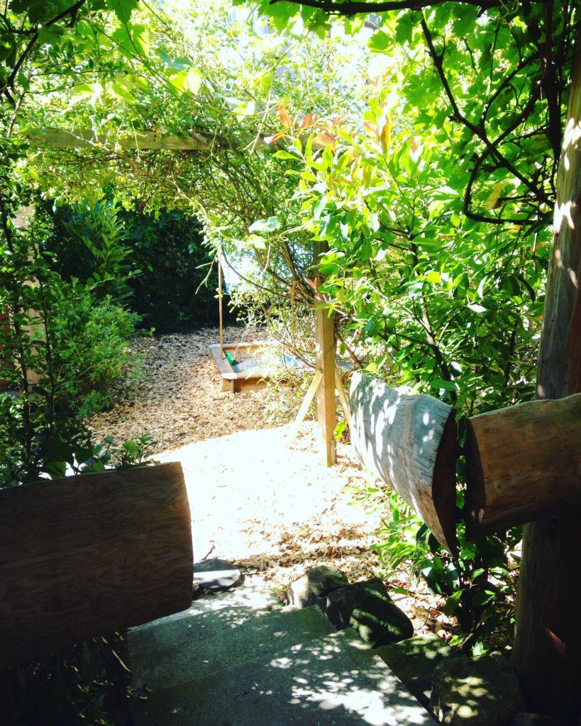 Zugang von der Terrasse zum Garten mit Sandkasten