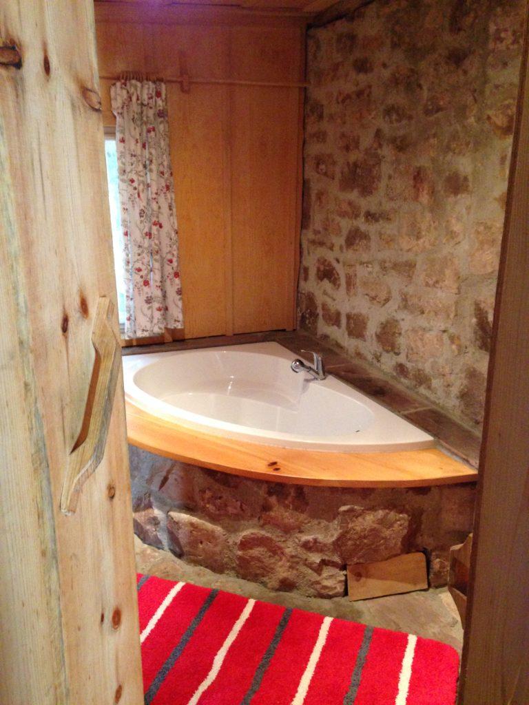 Badewanne im Bad im Erdgeschoss