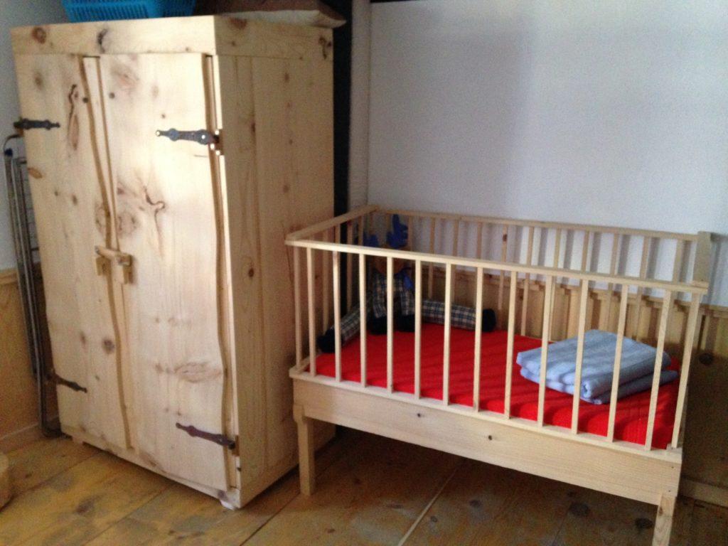 Sogar das Kinderbettchen ist aus Holz!