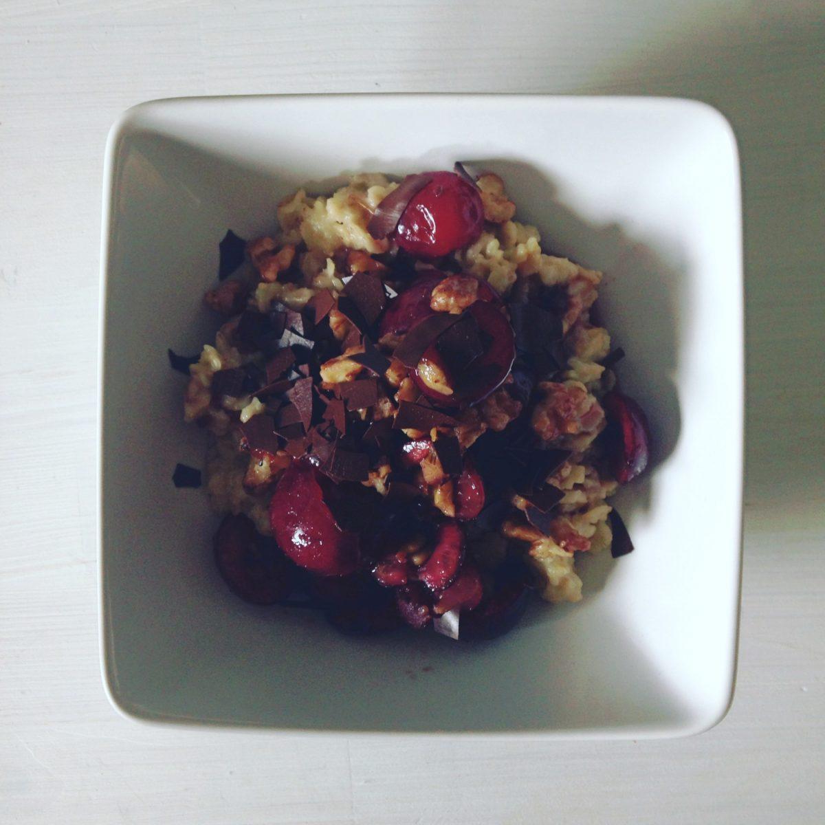 Inspiration aus dem Schwarzwald: Porridge mit Kirschen, Konfitüre und Walnüssen