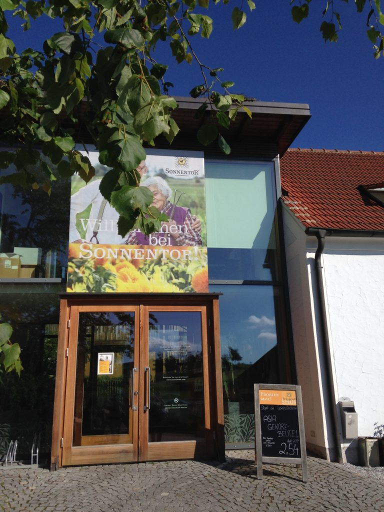 Eingang zur SONNENTOR-Welt in Sprögnitz, Österreich.