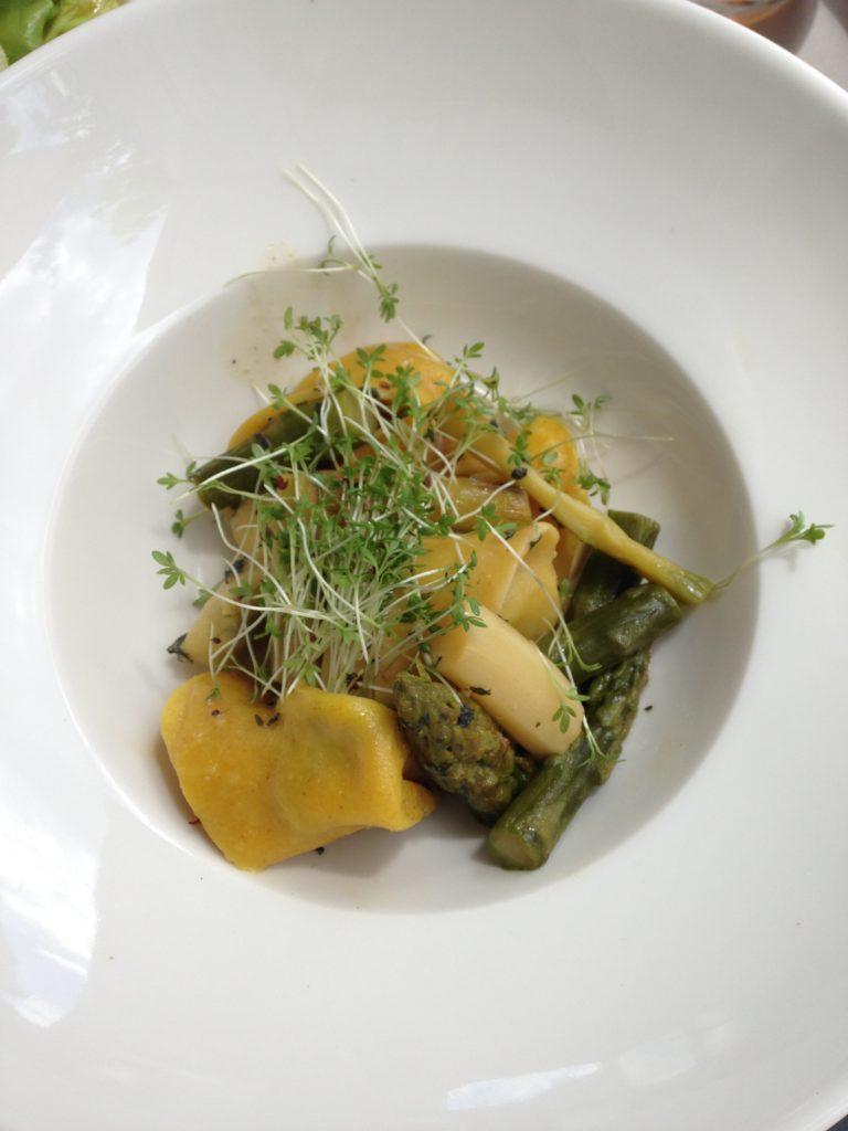 Mittagessen: Bärlauch-Ravioli mit Spargel