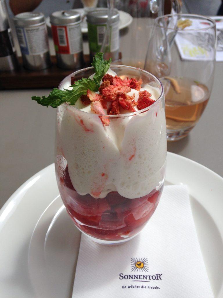 """Zum Abschied gab es noch ein leckeres veganes Erdbeer-Dessert im """"Bio-Gasthaus Leibspeis""""."""