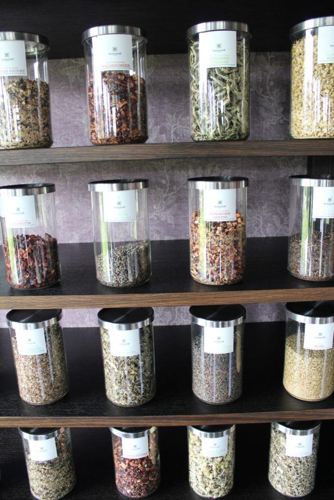 """Für eigene Teezeremonien gibt es im """"Bio-Gasthaus Leibspeis"""" einen komplett eigenen Raum - natürlich voll mit Tee bis unters Dach!"""
