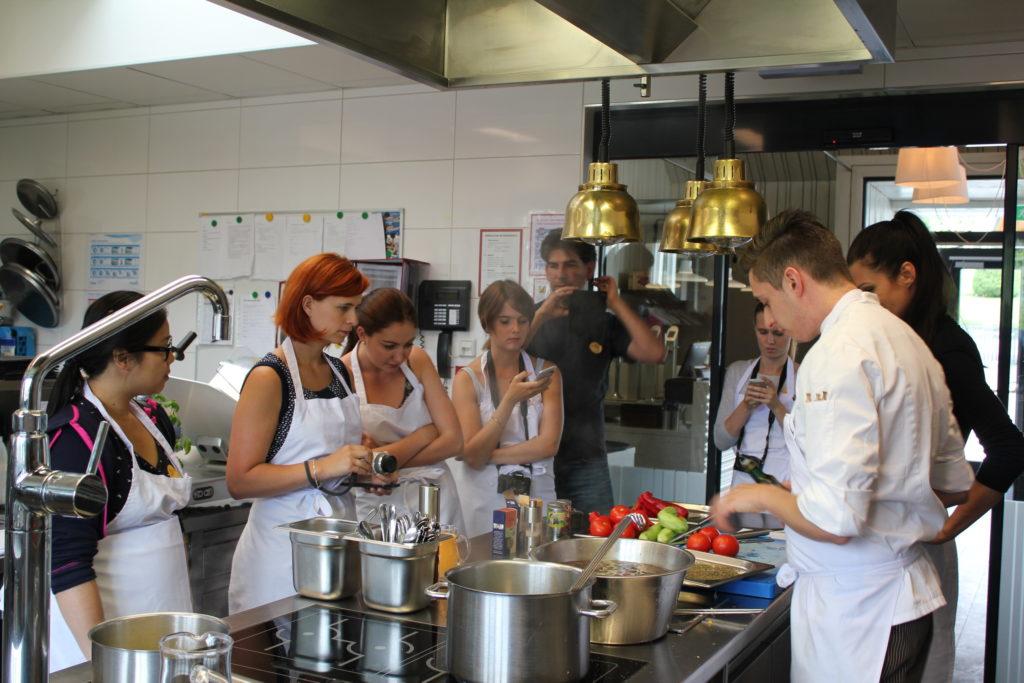 """Blogger bei in Aktion beim Kochkurs von René Roth, Chefkoch im """"Bio-Gasthaus Leibspeis""""."""