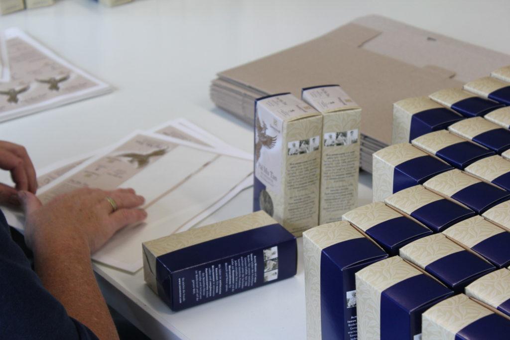 Die Verpackungsabteilung bei SONNENTOR - ungelogen, hier ist alles Handarbeit! Unfassbar!