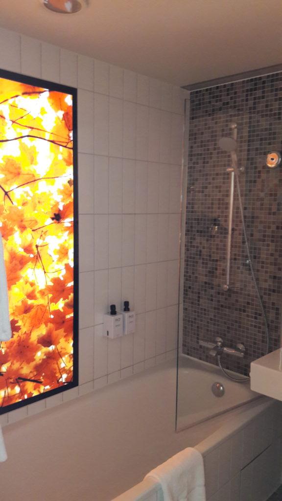 Stylische Wandgestaltung auch im Bad im Scandic Hotel Potsdamer Platz Berlin