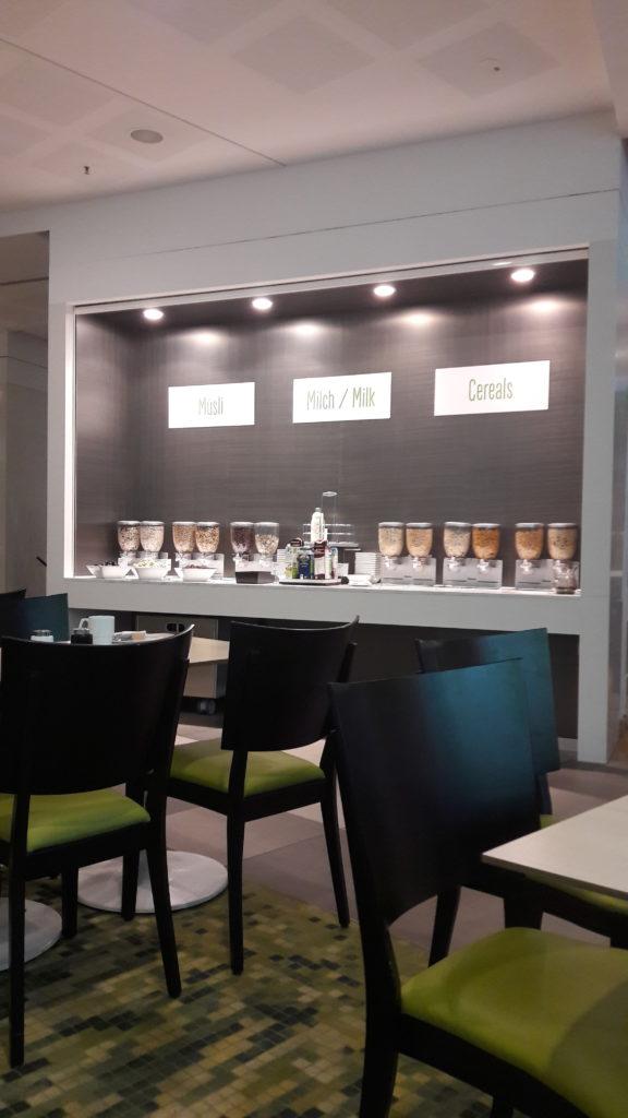 Die Müsli-Ecke beim Frühstücksbuffet im Scandic Hotel Potsdamer Platz Berlin