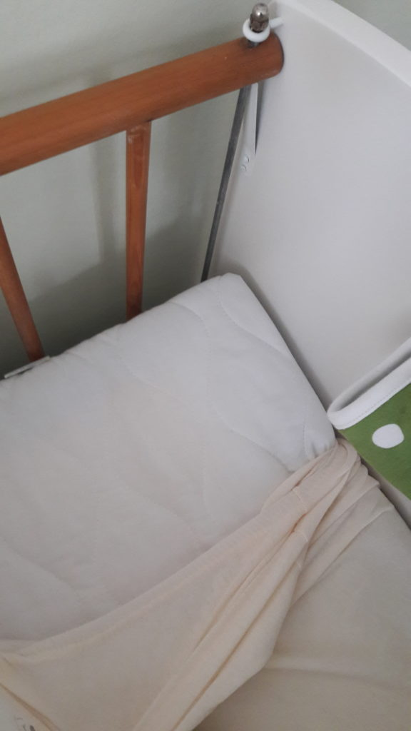 Das frisch gestrichene Bettchen mit Matratze von Julius Zöllner.