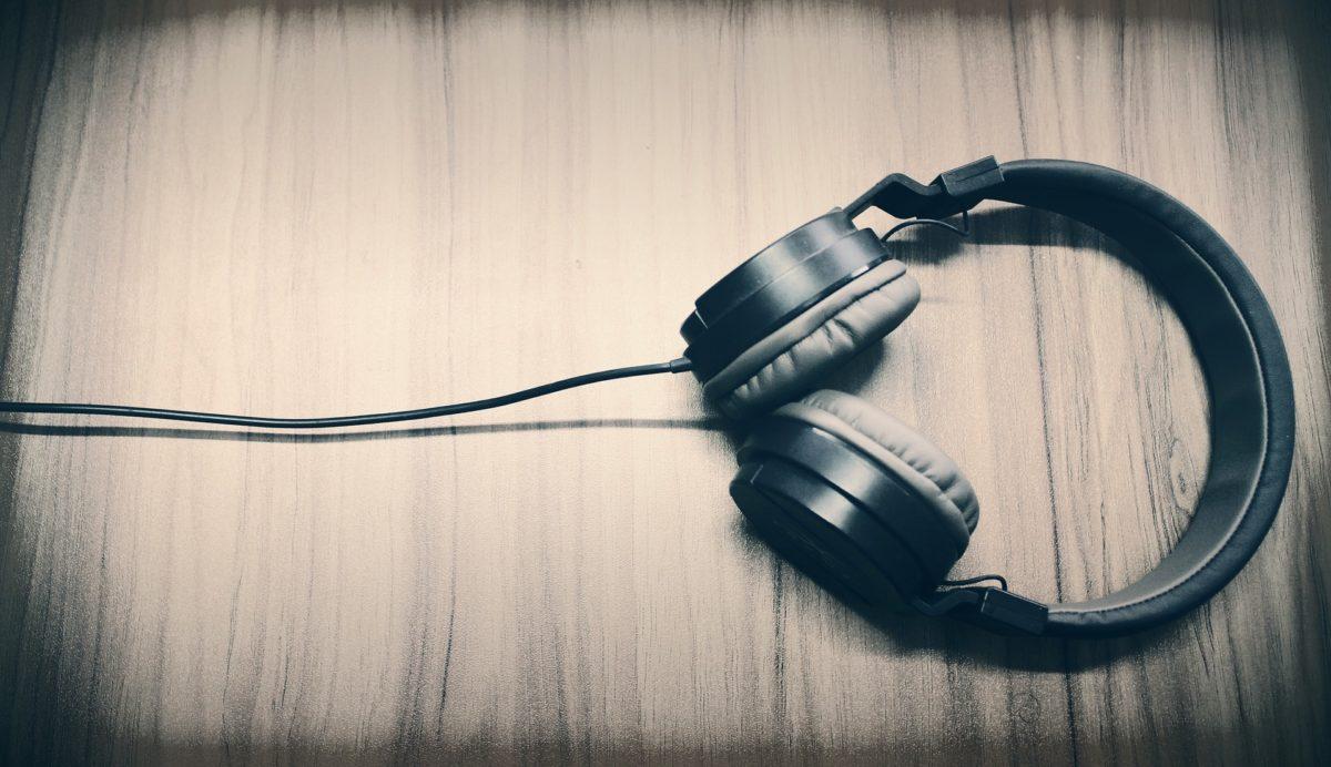 Wissen auf die Ohren: Weiterbildung während der Hausarbeit – Hörbüchern sei Dank